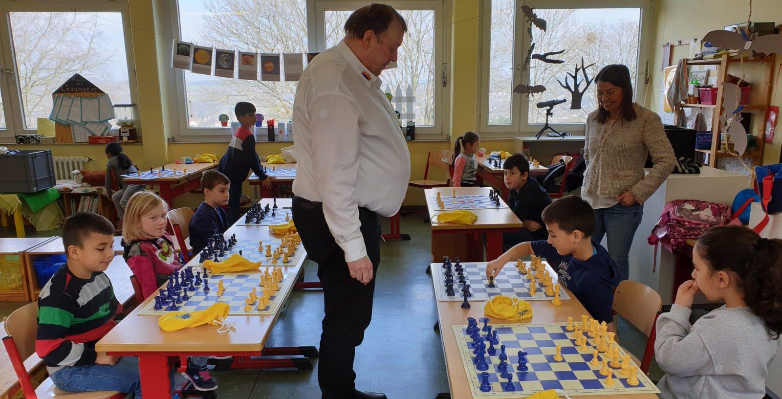Talentierte Grundschüler fordern Schach für Kids heraus