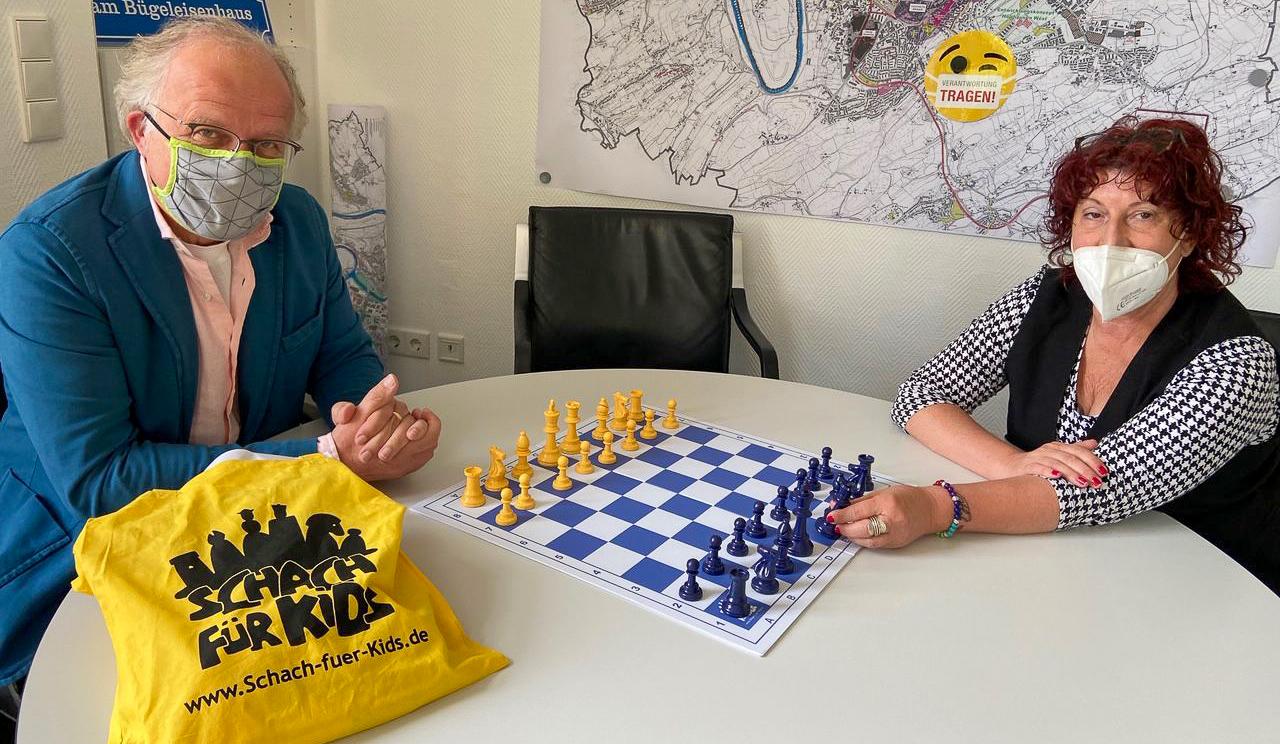 SfK-Schachpakete hängen an Hattinger Wohnungstüren